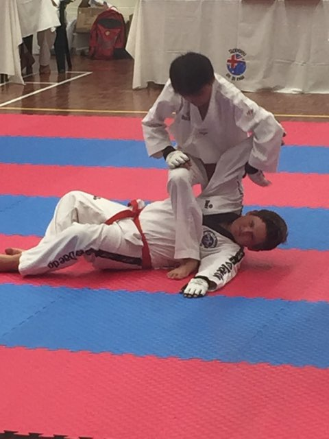 Kian Stapleton about to lock on a keylock at Black Belt Grading - www.tkdcentral.com